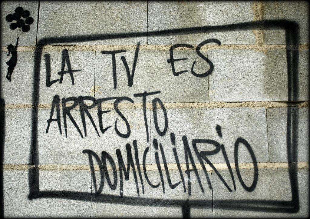 tv-arresto-domiciliario-televisic3b3n-pintadas-callejeras-urban-copla
