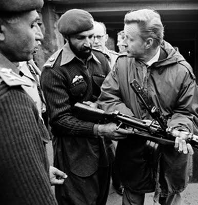 08 Osama bin Laden con Zbigniew Brzezinski (002)