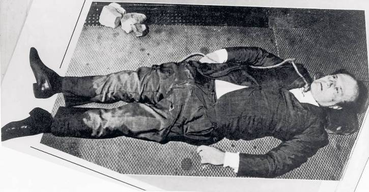 The body of Roberto Calvi minutes after he was found hanging at Blackfriars Bridge. Great Britain / Mono Print [ Rechtehinweis: Verwendung nur in Deutschland, Österreich und der Schweiz, usage Germany, Austria and Switzerland only ]